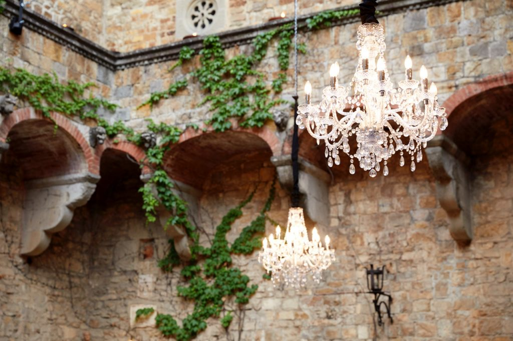 bryllup middag fest lys chandeliers