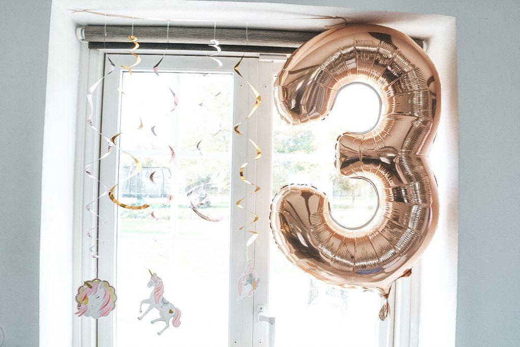 3 års fødselsdag balloner feststemning