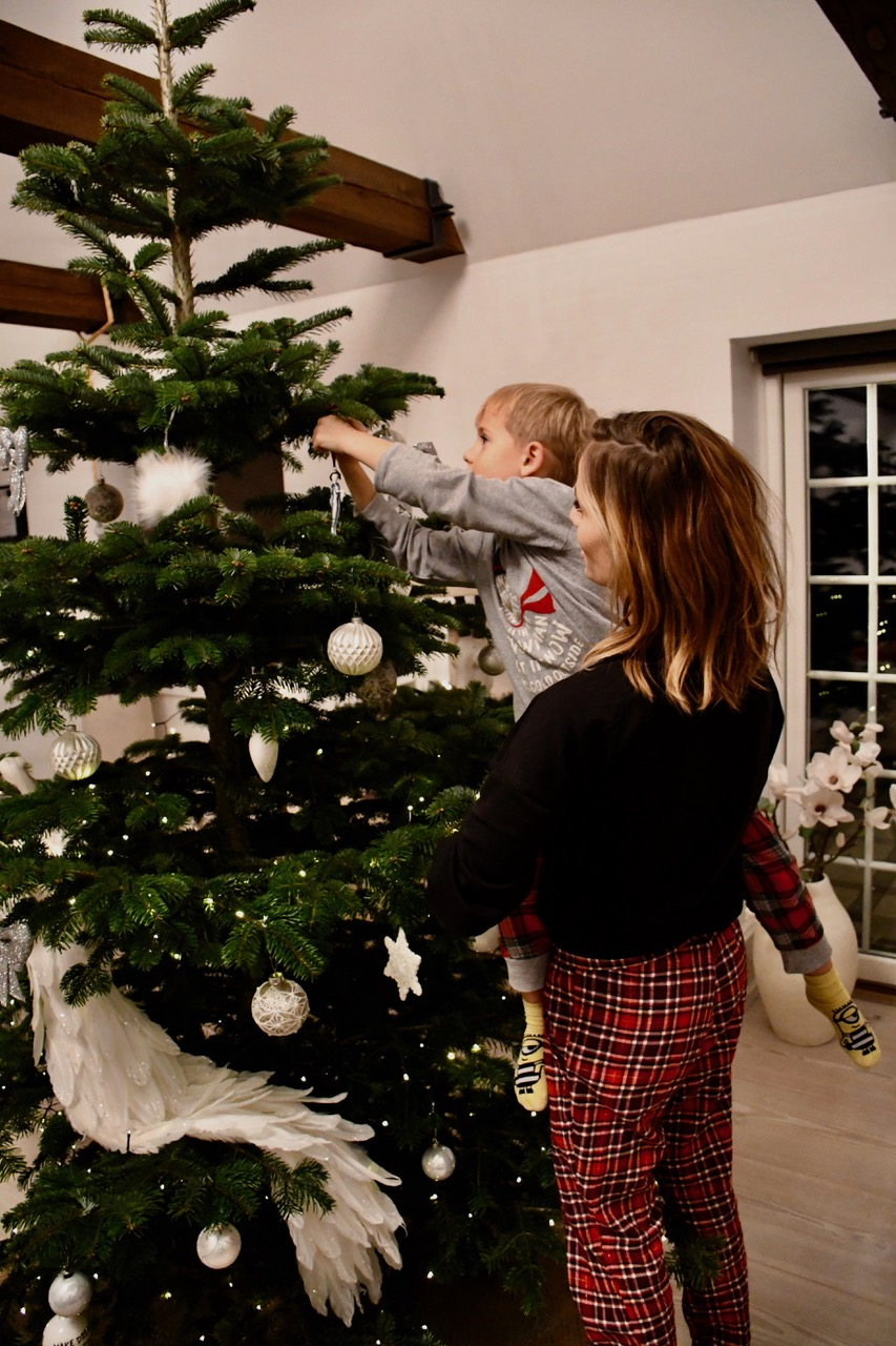 juletræ færdigpyntet juleaften 1