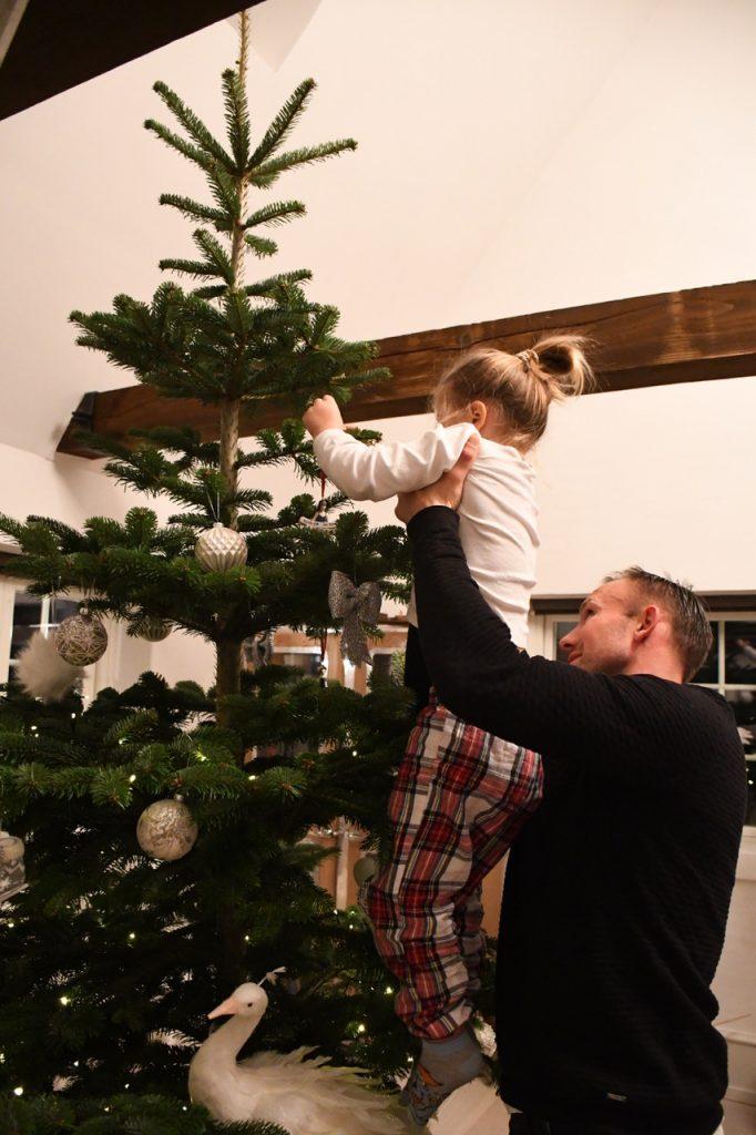 juletræ færdigpyntet juleaften 5