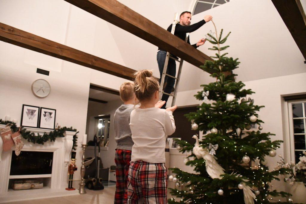 juletræ færdigpyntet juleaften 6