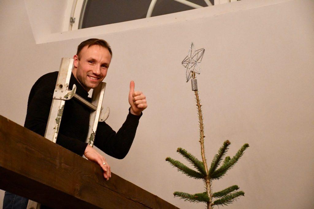 juletræ færdigpyntet juleaften