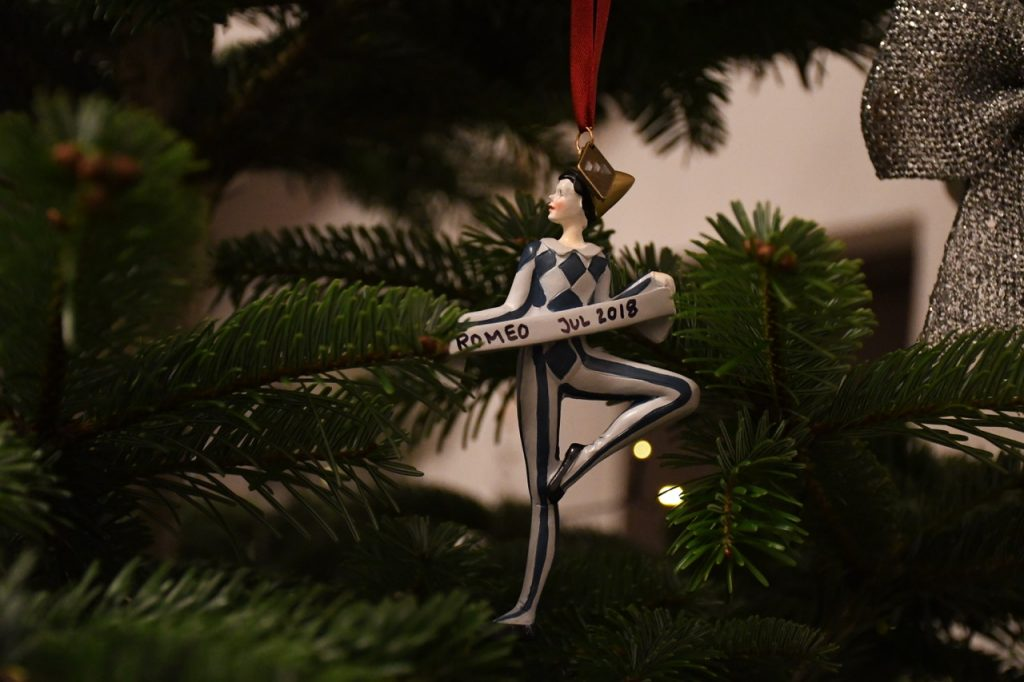 juletræ færdigpyntet juleaften 2