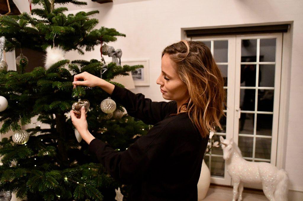 juletræ færdigpyntet juleaften 3